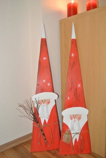 Alle meine Produkte sind Unikate und können geringfügig vom Foto abweichen. 2 tolle Weihnachtsmänner aus Holz in Dreiecksform, aufwendig bemalt und verziert. Die Weihnachtsmänner wurden aus...