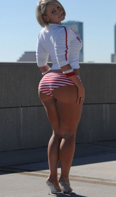 Thick White Girl Shaking Ass