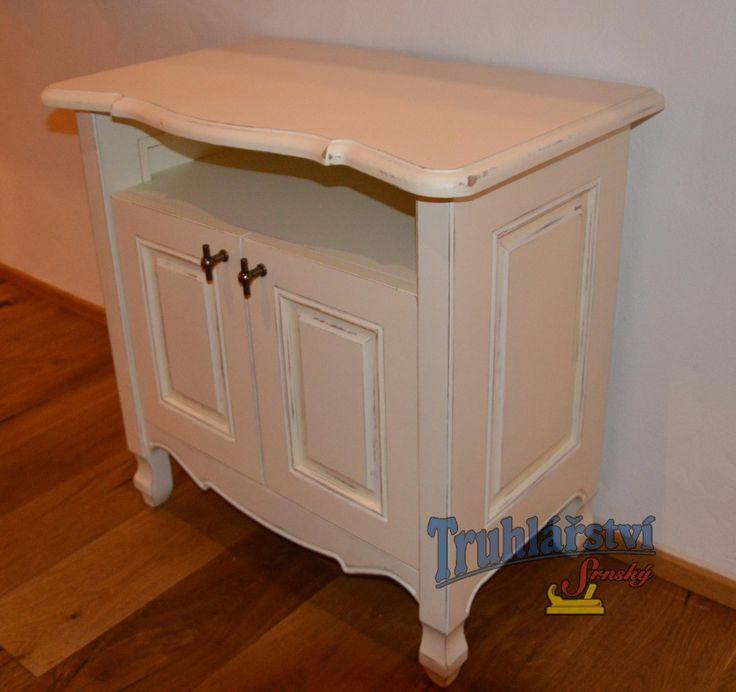 TV stolek , dubové dřevo, nastřik krycí bílou barvou, patinované.