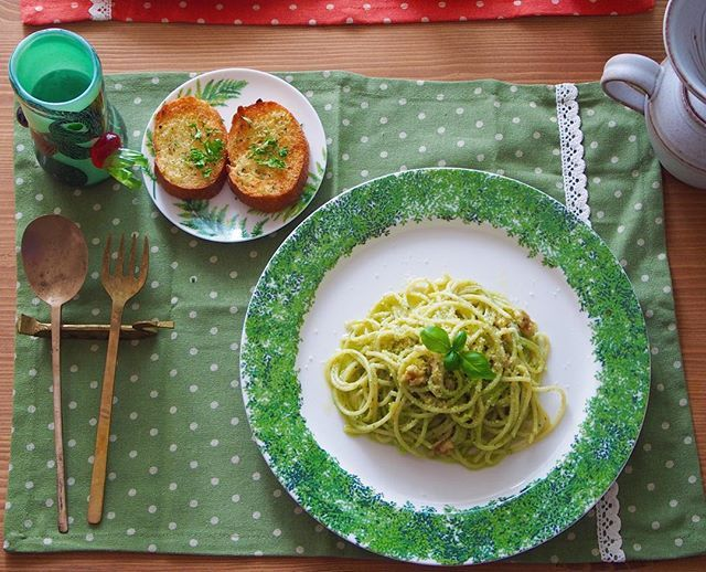 Instagram media by ayaya_coordinate - ランチは#ジェノベーゼパスタ と #ガーリックトースト 🙈💗 #ベランダ菜園 の摘みたて#バジル に 胡桃(松の実尚良し)、粉チーズ、にんにく オリーブオイル、塩コショウを#マジックブレッド で 撹拌しただけ😊✨✨鮮度ばつぐーん💗 トーストも、擦りたてにんにくに、 色んなハーブをドライにして  パラパラかけました💗 美味しくて幸せ😚😘💕💕 #土井朋子 #francfranc * * #器 #作家もの  #poettery #ceramic  #陶器 #FF #l4l #tagforlikes #instagood  #うつわ好き #うつわマニア #ランチ #lunch #お家カフェ #バジルソース #basil #basìlico #basilsource #genovése #genovésepasta #pasta #真鍮カトラリー
