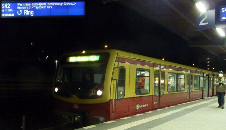 """""""Ich habe meine erste Berliner Nacht in der Ringbahn verbracht.""""  """"ich wurde mit Maschinengewehren um meine Ausweis gebeten...""""  Mehr skurrile erste Erinnerungen an Berlin hier: http://www.aussergewoehnlich-berlin.de/meine-erste-erinnerung-an-berlin/  (Foto: CC BY-NC 2.0 Ian Halsey)"""