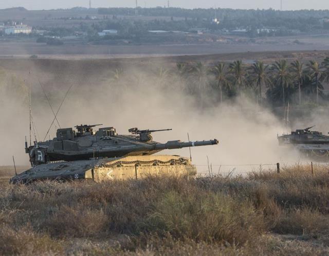 Israel pounds Gaza Strip (© JACK GUEZ/AFP/Getty Images)