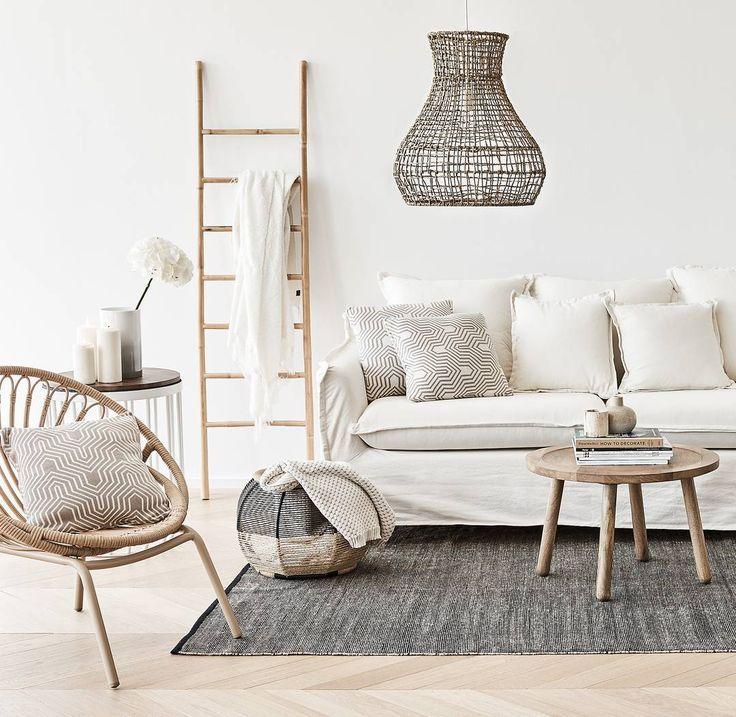 Entspannter als mit Naturmaterialien und dieser atemberaubender Lampe in hellen Tönen kann man kaum wohnen. Wir❤️dieses Interior! // Wohnzimmer Holz Pendelleuchte Seegras