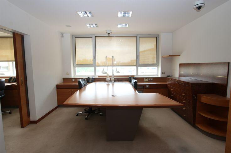 """Ruimte verdeeld over 3 gemeubelde kantoren met balie - 562500€ - Hovenierstraat 53, 2018 ANTWERPEN 2018 - Office at 7the Floor (ca. 75m²) for sale - with furniture.     Kantoor op de 7de verdieping (ca. 75m²) in de """"Diamantwijk"""", in het prachtige gebouw aan de Hovenierstraat 53.   Inkom balie en 3 aparte kantoorruimtes. Het geheel wordt volledig gemeubeld verkocht.  Aanwezigheid van keuken en sanitair.   Videofoon - camera bewaking.  Ons volledig aanbod op www.sidimex.be en www.immoscoop.be…"""