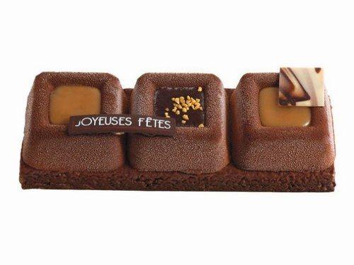 Bûche Monoprix Gourmet mousse caramel au beurre salé, chocolat noir et sauce caramel. Biscuit à l'amande, feuilletine et sucre pétillant.