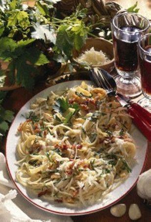 Knoblauchspaghetti Rezept: Personen,Knoblauchzehen,Speck,Öl,Mehl,Gemüsebrühe,Schlagsahne,Spaghetti,Petersilie,Pfeffer,Pecorino-Käse