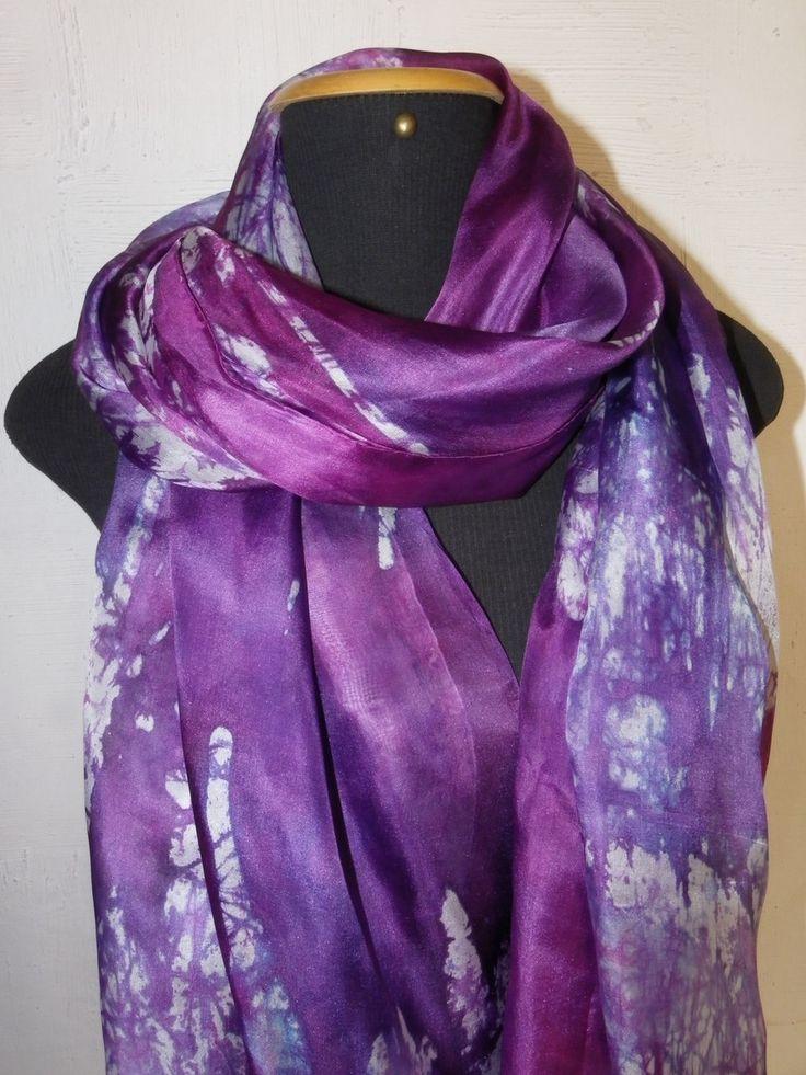 Linda echarpe de seda pongé 5, pintada à mão, com a técnica do batik, em tons de violeta, roxo e lilás, além do branco craquelado em roxos.  Por ser de um tamanho muito especial, pode ser usada de várias formas. Especial para pessoas especiais!