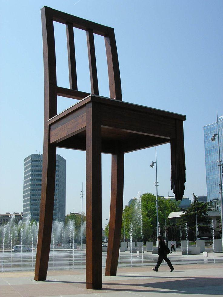 スイスの芸術家ダニエル・ベルセによる巨大な彫刻作品である「壊れた椅子」。スイス・ジュネーヴの旧国際連盟本部前の広場に設置されている。全部で5.5tの木材を使って作られており、高さは12mに及ぶ。脚が1本折れているのは、地雷やクラスター爆弾への反対を主張していて、ジュネーヴを訪れる政治家にこれらの兵器のことを思い起こさせる役目を果たしているそう。