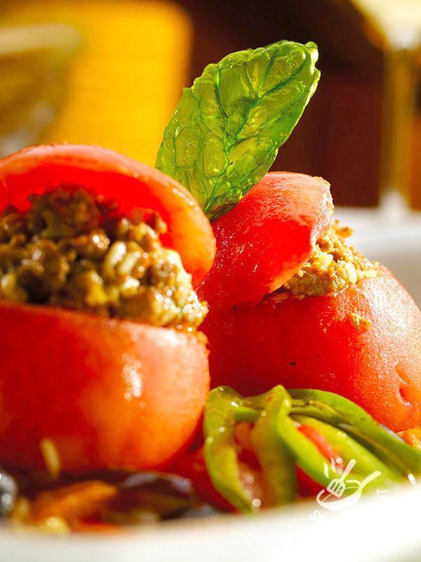 I Pomodori ripieni al tonno arricchiti da riso, capperi e olive: ingredienti semplici e genuini per preparare un piatto estivo e fresco.