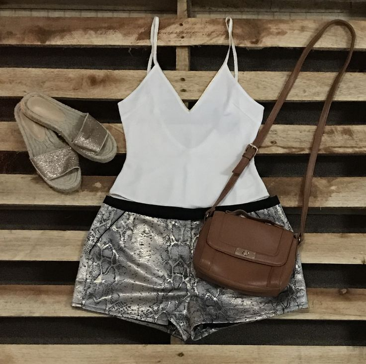 Short, bodysuit blanco y sandalias