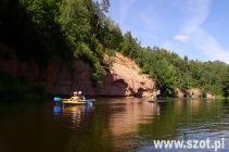 Spływ kajakowy Gauja - Łotwa - jedno z najbardziej malowniczych terenów i pereł Łotwy. To te miejsce najczęściej jest uznawane za wizytówkę tego państwa, dlatego warto popłynąć kajakami w te miejsce. Na zdjęciu widać zarys tego przepięknego miejsca.