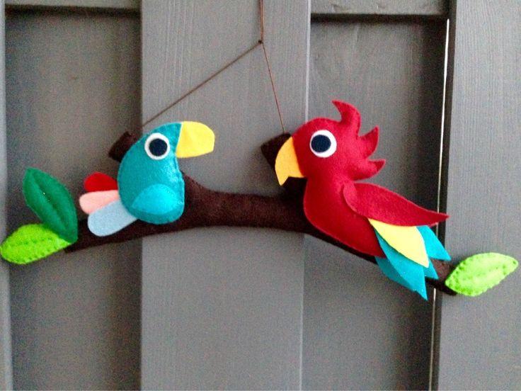 Mobile ou décoration murale 'Comme un oiseau sur la branche' : 2 aras (perroquets) en feutrine : Jeux, peluches, doudous par eve-et-la-pomme