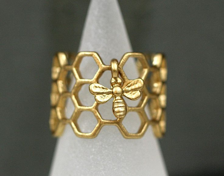 Honeycomb Ring with tiny bee from Villa Sorgenfrei - unique handmade jewelry with real flowers and more. by DaWanda.com