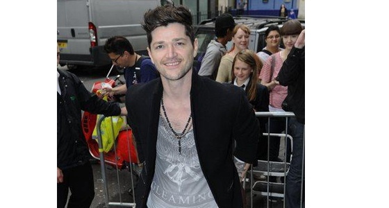Danny O'Donoghue sure can pull off the grunge trend with black skinny jeans and a formal blazer!