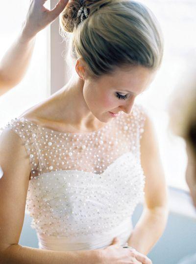 Egy csodásan tervezett és díszített ruha. Chrysalis Esküvő legújabb kollekciója is tartalmaz hasonló modelleket.