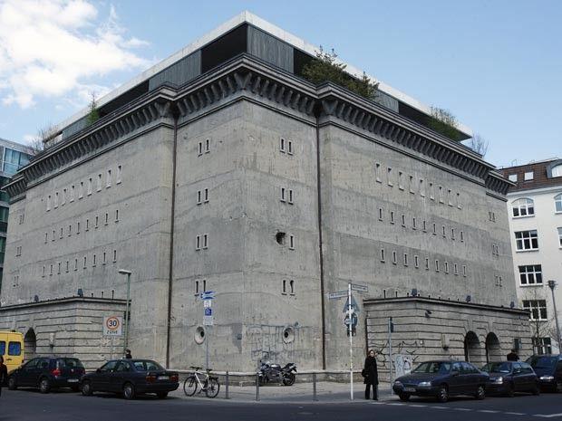 """wazzup2!Der 1942 erbaute """"Alte Hochbunker"""", Wohnsitz des Werbefachmanns und Kunstmäzens Christian Boros und seiner Frau steht in Berlin-Mitte, Reinhardtstraße 20. Nach einem spektakulären Umbau wurde das """"Symbol des Scheiterns"""", wie Boros den Bunker aus dem """"Dritten Reich"""" nennt, zu einer 3000 Quadratmeter großen Ausstellungsfläche für Skulpturen, Installationen und Fotografien"""