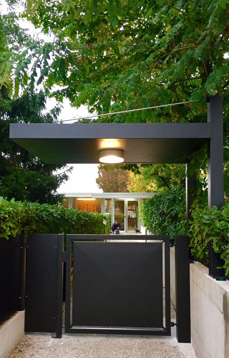 Cancello in stile moderno pedonale automatizzato con tettoia in ferro e acciaio inox colore nero grafite