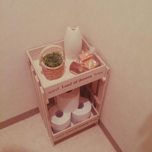 トイレに収納スペースがなくて困るというお悩みはありませんか?とても汚れやすい空間なので、できるだけ床に直置きしたくないですよね。トイレのお掃除グッズやトイレットペーパーもどのように収納しようか悩むものです。狭いからとあきらめているお宅でも、これなら真似できるかも!というものが見つかるかもしれません。簡単なアイデアから大作までトイレ収納の実例を集めてみました。
