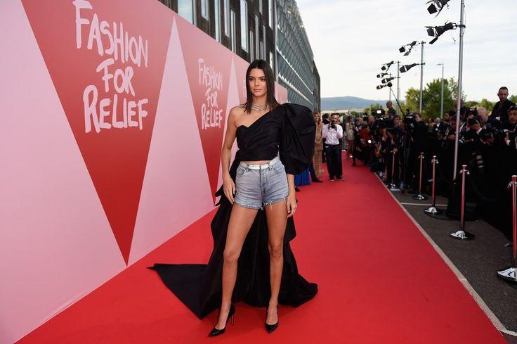 """EL POLÉMICO LOOK DE KENDALL JENNER EN CANNES - IT STYLE Con un look osado por demás, Kendall Jenner vuelve a estar en el ojo de la polémica. Contra todo pronóstico y código de vestimenta la it girl se presentó al evento """"Fashion for relief"""" en el marco de uno de los festivales de cine más importante del mundo, el esplendoroso Cannes,  con un conjunto muy peculiar que combina el glamour de un vestido hollywoodense y un vulgar short de jean.  Pero, ¿quién es el responsable de esto? Nada más y…"""