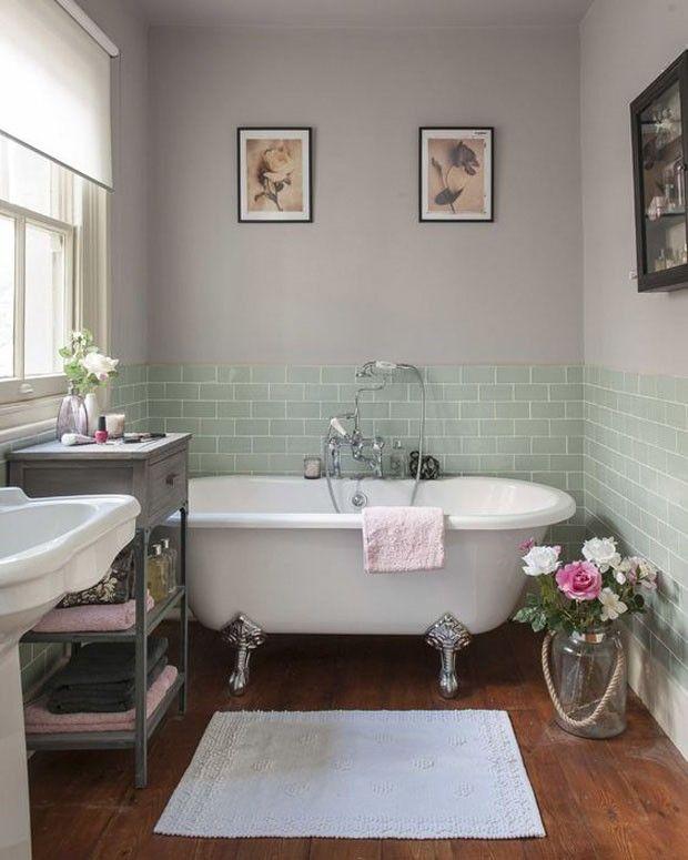 Um clima vintage e romântico invade esse banheiro, onde os olhos logo se voltam para a relaxante banheira de estilo vitoriano com pés prateados. As flores e os quadros arrematam a decoração de um jeito simples e acolhedor.