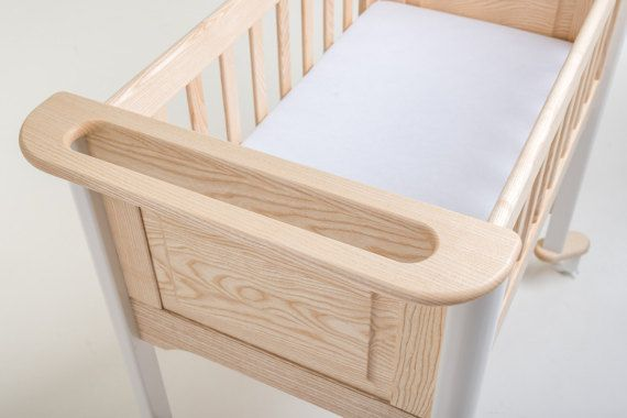 To be more easily guidable in your home this rolling cradle is equipped with a special ergonomic handle and supreme quality wheels. Threshold in the way? No problem – grab the handle and lift.