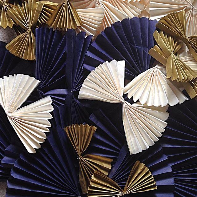 Zlaté, půlnoční modré pompomky plus slonovinová kost. 🔹🔹🔹 #pompom #narozeniny #prekvapeni #oslava #dekorace #vyroci #50 #zlata   #tmavemodra #hedvabnypapir  #mywork #pompomtime