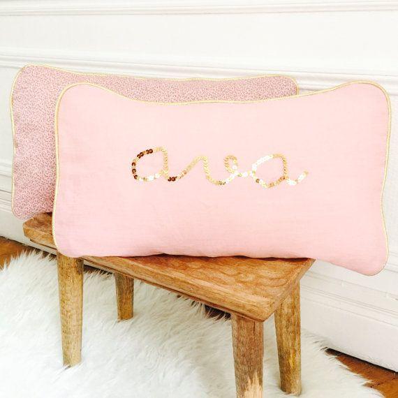 Name cushion ; Name pillow ; Personalized cushion ; Personalized pillow ; Embroidered cushion ; Embroidered pillow ; Coussin personnalisé ; Coussin brodé