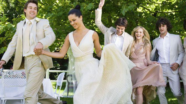 Les témoins des mariés sont chargés de programmer des jeux pour rythmer la soirée du mariage. Au programme: questions posées au couple, chasse au trésor pour les invités et blind test personnalisé.