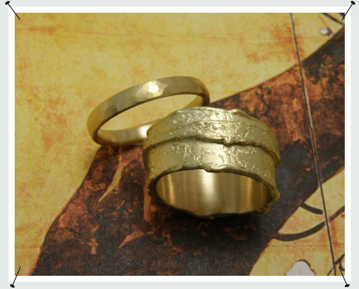 * geelgouden ring dubbele was extra breed  * geelgouden ring met kussen hamerslag - Oogst Sieraden