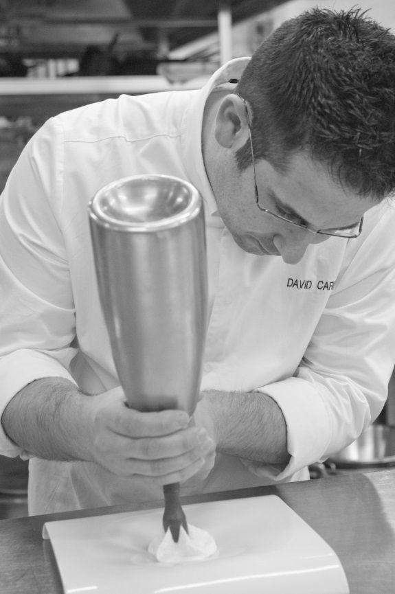 David Carrión dando forma a un #postre. #Restaurante Submarino. #Oceanografic #Valencia  www.restaurantesubmarino.es