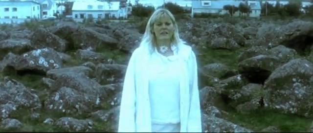 Enquête sur le monde invisible by KOYEBA. Vivant au milieu d'une nature primitive, toujours en formation, l'Islande entretient des rapports secrets avec une communauté d'êtres invisibles : les elfes. De nombreux Islandais affirment également avoir vu des fantômes, certains observent des monstres aquatiques, d'autres communiquent avec des anges ou des extraterrestres.