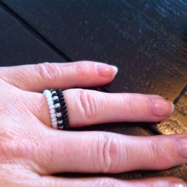 Ringen: wit, wit/zwart en zwart Kraaltjes met elastisch draad