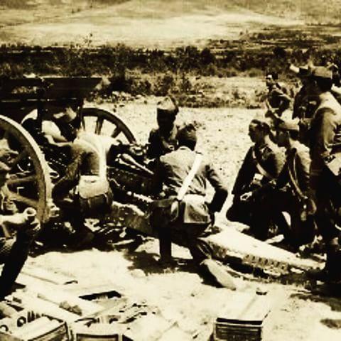 La dotacion de este obus se encuentra en una posicion extrictamente reglamentaria esperando a las ordenes del sargento para hacer fuego. #guerracivil1936 #guerracivil #guerracivilespañola #obus #dotacion #sargento #artilleria #nacional #proyectil #1937