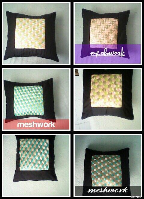 Almohadones trabajados en la técnica de meshwork