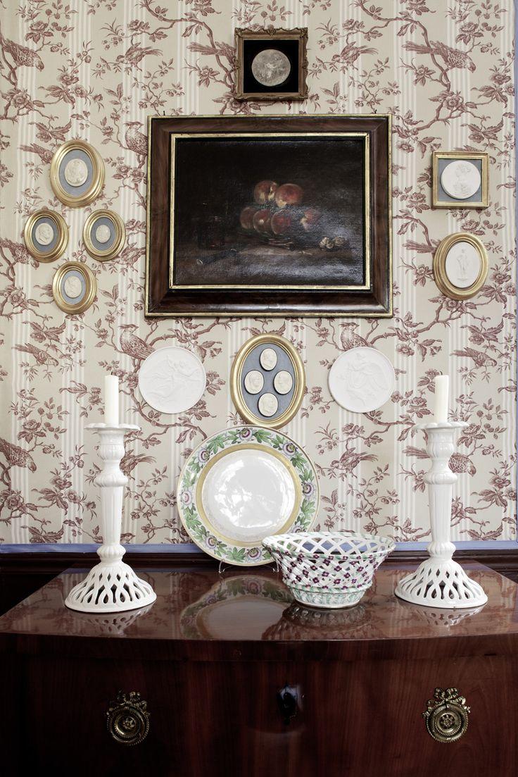I den eleganta lägenheten i Berlin återskapar sirlig stuckatur rokokoinspirerande tapeter och exklusiva antikviteter glansen av svunna sekel.