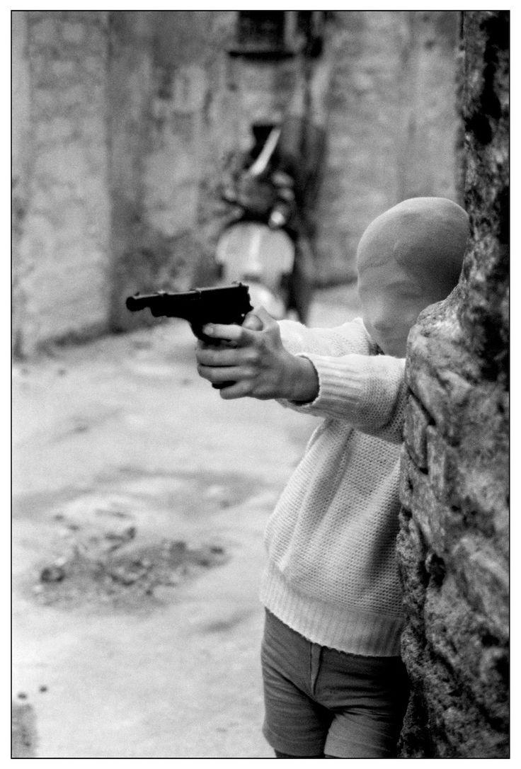 Letizia Battaglia 1982. Palermo. Vicino alla Chiesa di Santa Chiara. Il gioco del killer