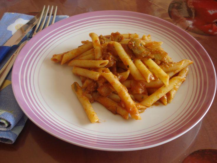 le penne in salsa di carciofi un primo piatto di stagione con i carciofi mammole, teneri e saporiti, abbinati al pomodoro per un piatto sfizioso e leggero