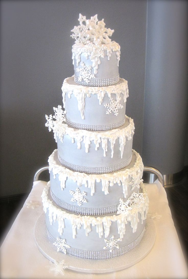 Wedding cake like winterland with snow and snowflakes. Talvinen Hääkakku lumella ja lumihiutaleilla. www.kakkuhelmi.fi