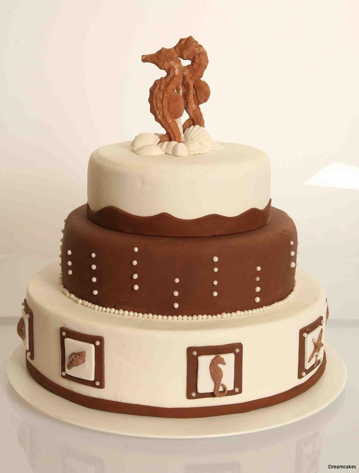 Hav och choklad. En oslagbar kombination! #bröllopstårta #våningstårta #weddingcake #hav #sjöhästar #choklad #chokladtårta