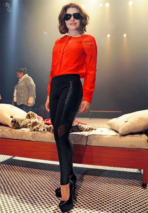 ITATÍ CANTORAL  Luciendo unos leggings negros, blusa color naranja, tacones de plataforma súper altos y gafas de sol, la actriz mexicana pre...