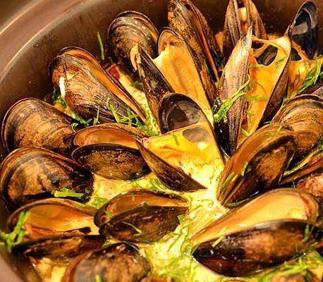 Musslorna blir, förutom att de får en härlig smak, skonsamt ångade i Crock-poten. Svårt att misslyckas!