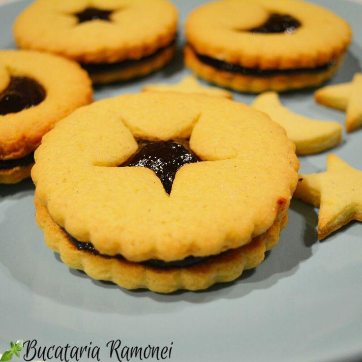 De ce să dai banii pe biscuiți uscați și plini de conservanți și substanțe nesănătoase când poți pregăti singură delicioase fursecuri care să îți facă diminețile mai frumoase! Găsești rețeta dând click pe acest: http://bucatariaramonei.com/recipe-items/fursecuri-cu-dulceata-de-visine/