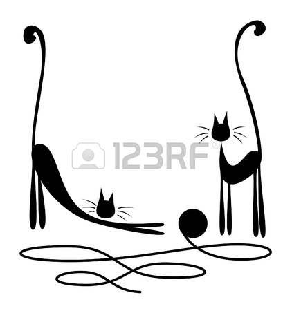 Dos gatos negros que juegan con la madeja de lana sobre fondo blanco Foto de archivo