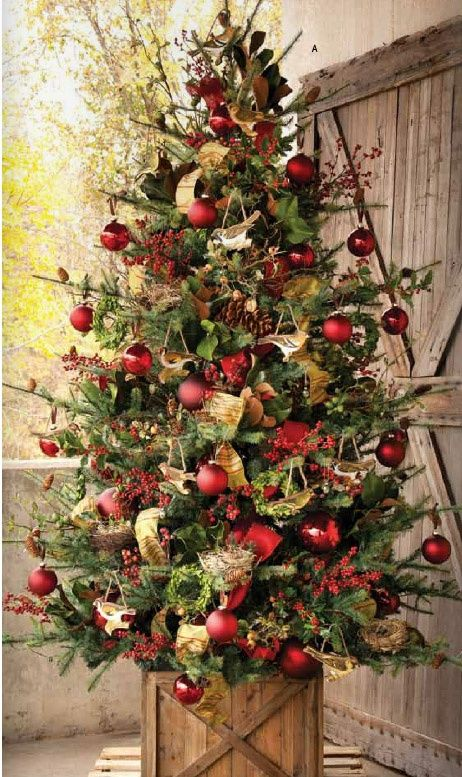 Christmas tree decorating ideas Add a few more colourful elements (blue & green) and some lights (not too many) and this is the PERFECT christmas tree! image source: IronAccents