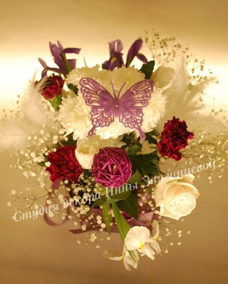 Во многих странах бабочка до сих пор является символом любви, счастья и багополучия. И, как в древние времена, считается, что она может помочь исполнить самые заветные желания.  В Японии считают, что увидеть бабочку у себя в доме – к счастью. Именно в древнеяпонской классике впервые описан обычай выпускать на свадьбе пару живых бабочек.  #символлюбви #бабочка #свадьба #невеста #жених #подружки #ресторан #красиваятрадиция #живыебабочки #Япония #счастье #верность