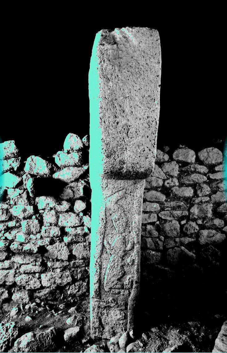 Рельефная компози- ция со змеей, быком и лисой  на передней грани стержня  столба 20 частично пере- крыта каменной скамьей,  примыкающей к окружной  стене. Вследствие старого по-  вреждения от фигуры лисы  (внизу) остались только го- лова и передние лапы