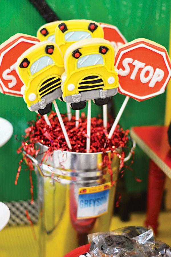 Ruedas creativos y juguetones en la fiesta de cumpleaños del autobús