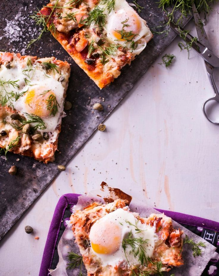 Lohi-kananmunapizzat // Pizza with salmon & eggs Food & Style Riikka Kaila Photo Satu Nyström Maku 7/2014, www.maku.fi