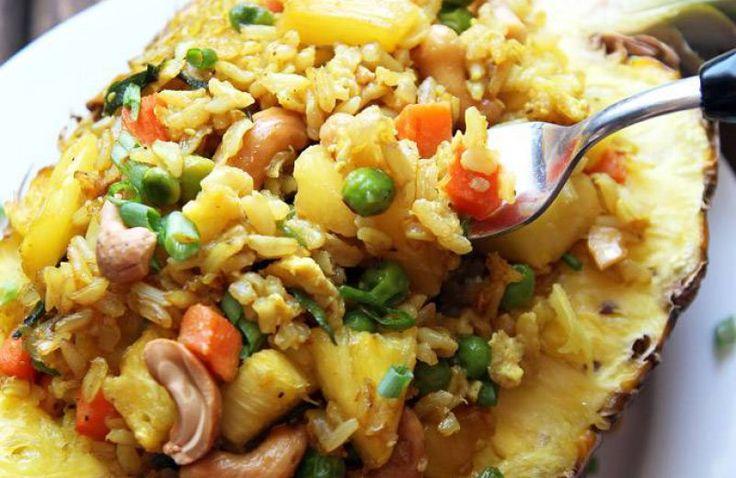 Thaise ananas gevuld met gebakken rijst