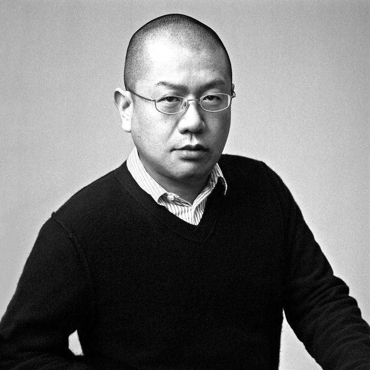 Junya Watanabe (1938). Ông xuất hiện trên sàn diễn quốc tế vào những năm 90s và nhah chóng trở nên nổi tiếng với các bst độc đáo của mình. Ông có sự yêu thích trong việc sử dụng các khung để thiết kế và thích xử lí bề mặt chất liệu bằng nhiều kĩ thuật mới lạ